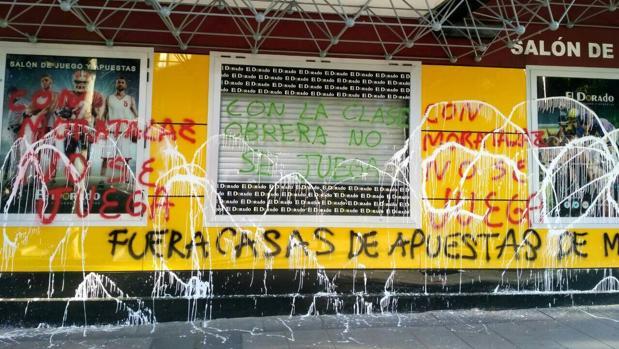Uno de los establecimientos de apuestas afectados, totalmente vandalizado tras la ofensiva