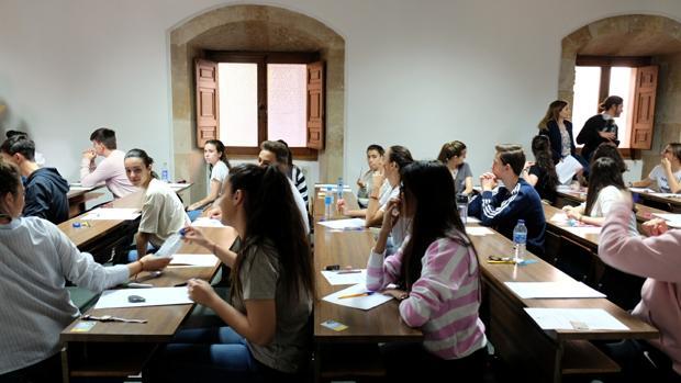 Estudiantes se presentan a la evaluacion de Bachillerato en el distrito de Salamanca