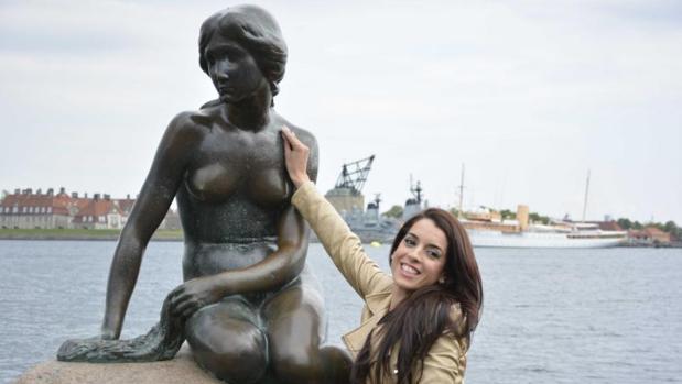 La cantante Ruth Lorenzo junto a la sirenita de Copenhague