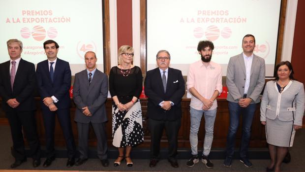 Foto de familia con el presidente de la Cámara, Manuel Teruel, y directivos de las empresas galardonadas