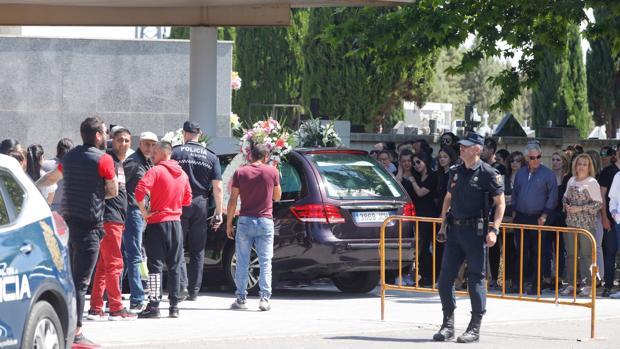 Coche fúnebre con los restos de Montse entrando al cementerio