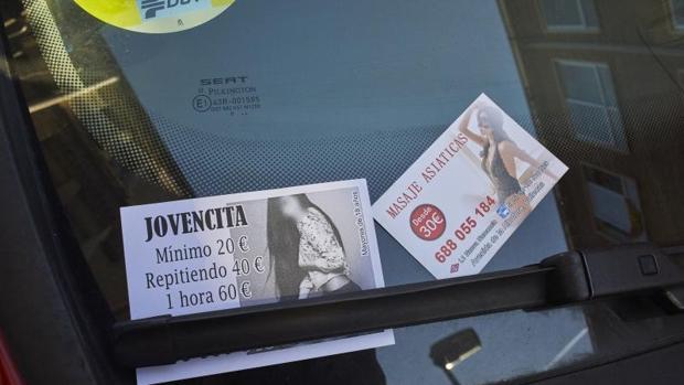 Publicidad sobre prostitución en el parabrisas de un coche
