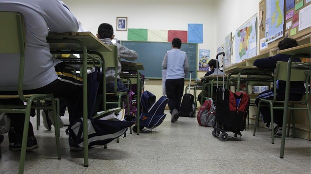 Un grupo de alumnos da clase en un colegio