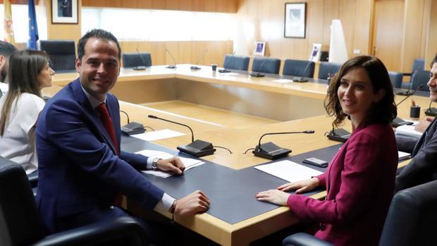 Ignacio Aguado (Cs) e Isabel Díaz Ayuso (PP) en la reunión que celebraron ayer para alcanzar un acuerdo y cogobernar la Comunidad de Madrid