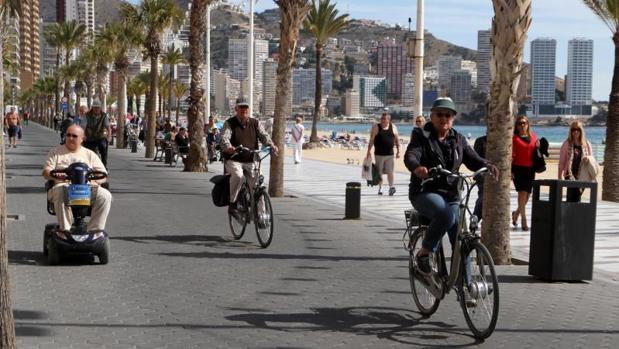 Turistas mayores en el paseo marítimo de Benidorm