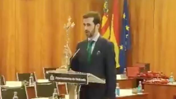 El concejal García Escolano, con su crucifijo de metal jurando el cargo