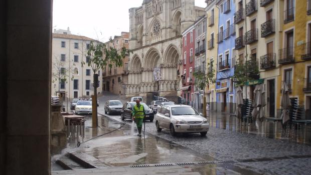 Vehículos transitando por la Plaza Mayor de Cuenca