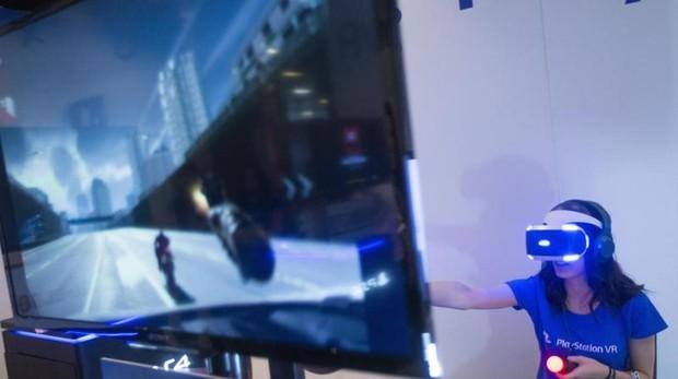 Una visitante prueba un videjouego en la duodécima edición Gamelab en 2016.