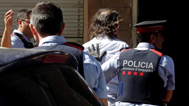 Los Mossos trasladan al hombre detenido por asesinar a su expareja