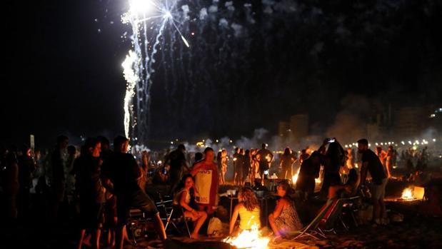 Multitud de personas celebran la noche de San Juan.