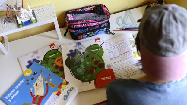 Educación adelanta a cada centro 15.000 euros para libros de texto