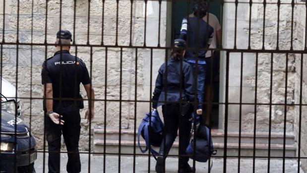 Agentes de la Policía Nacional custodiando a un detenido en Alicante