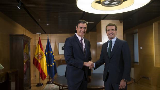 El presidente del Gobierno en funciones, Pedro Sánchez, con el líder del PP, Pablo Casado, el pasado 11 de junio