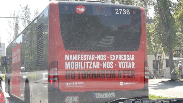 Uno de los buses con publicidad de Òmnium Cultural