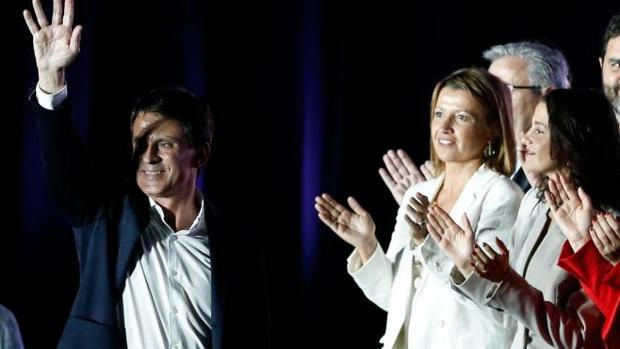 Valls, con Eva Parera e Inés Arrimadas, durante la campaña electoral