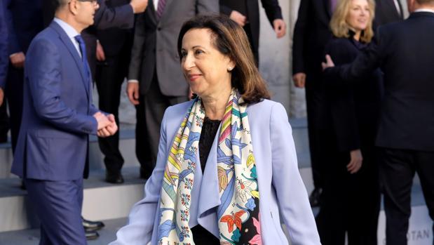 Margarita Robles tras posar para una foto de familia durante la reunión de los ministros de Defensa de la OTAN en Bruselas (Bélgica)