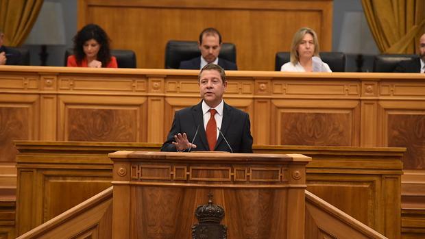 El presidente en funciones del Gobierno regional, Emiliano García-Page, interviene en el debate de su investidura como candidato a la Presidencia de la Junta de Comunidades de Castilla-La Mancha en las Cortes regionales