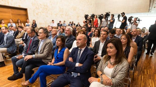 Los periodistas, al fondo, detrás de los invitados a la firma del acuerdo