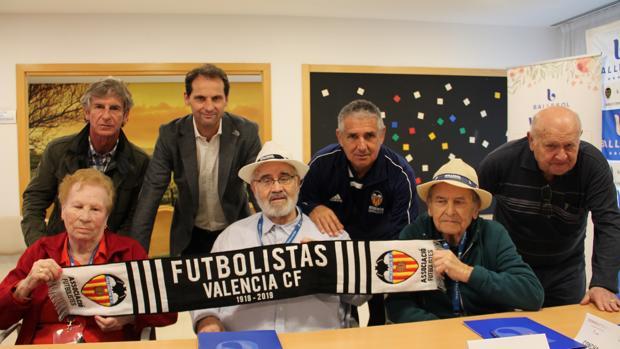 Imagen de los ancianos con una bufanda del Valencia CF