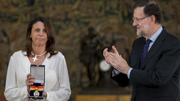 Ana Velasco recoge en 2015 la Medalla de la Orden del Mérito Constitucional a título póstumo para su madre, Ana María Vidal-Abarca, quien fuera propulsora de la Asociación de Víctimas del Terrorismo (AVT)