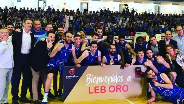 El CB Afanion Almansa celebra el ascenso tras ganar en casa al Real Murcia (89-86) el pasado 25 de mayo