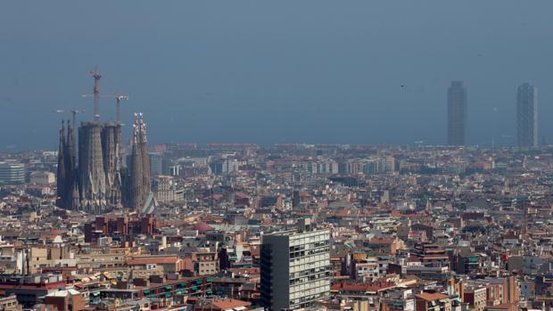 Aspecto del aire contaminado en Barcelona el pasado lunes.