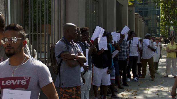 Solicitantes de asilo en una protesta ante el Ministerio de Trabajo