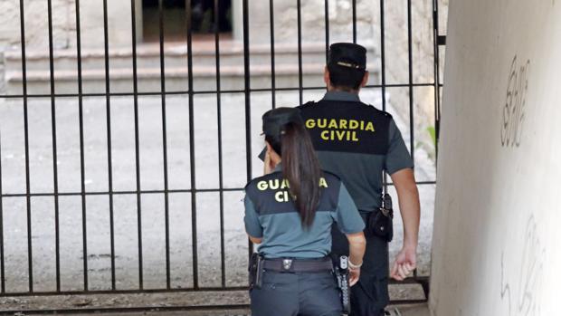Imagen de dos agentes de la Guardia Civil tomada en Alicante