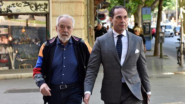 El empresario Bartolomé Cursach, llega al juzgado acompañado por su abogado Enrique Molina