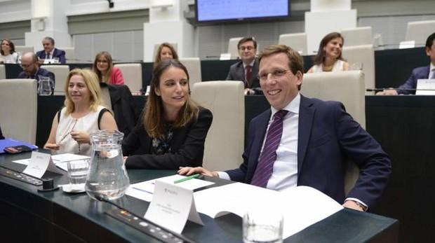 La delegada de Cultura, Andrea Levy, charla en un pleno con el alcalde José Luis Martínez-Almeida