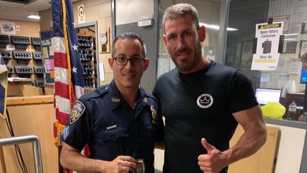 Imagen del policía español que dutuvo al hombre que agredió al agente de Nueva York