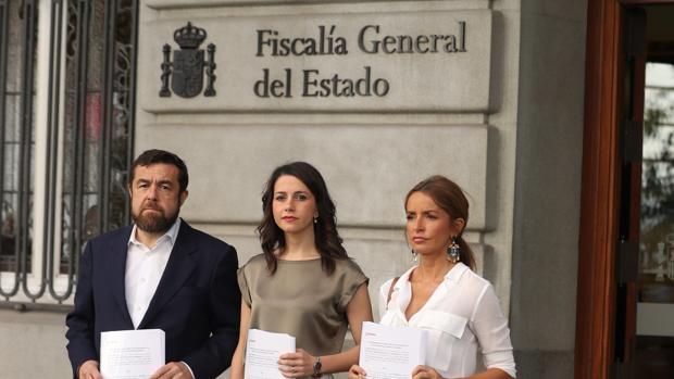 Miguel Gutiérrez, Inés Arrimadas y Patricia Reyes denuncian el escrache del Orgullo ante la Fiscalía
