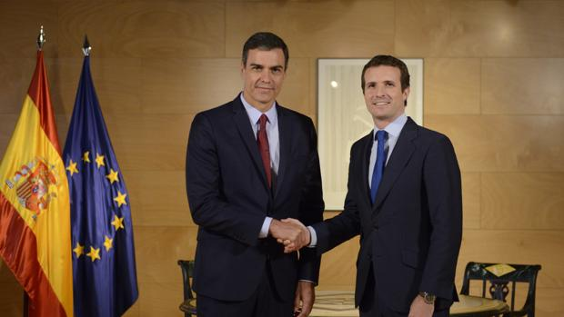 Pedro Sánchez y Pablo Casado, antes de comenzar su reunión de ayer en el Congreso de los Diputados