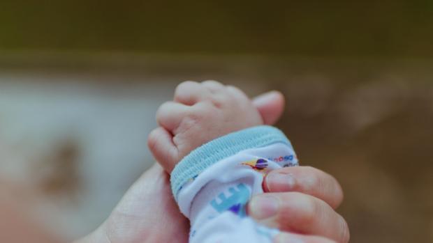 La mano de un bebé en una imagen de archivo