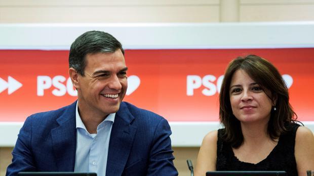 Pedro Sánchez, presidente del Gobierno en funciones, y Adriana Lastra, portavoz del PSOE en el Congreso