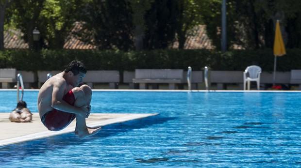 Un joven disfruta de la piscina municipal de Aluche, en una imagen de archivo