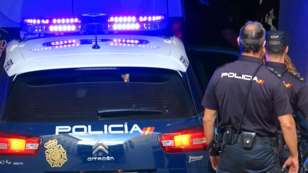 Imagen de dos efectivos de la Policía Nacional