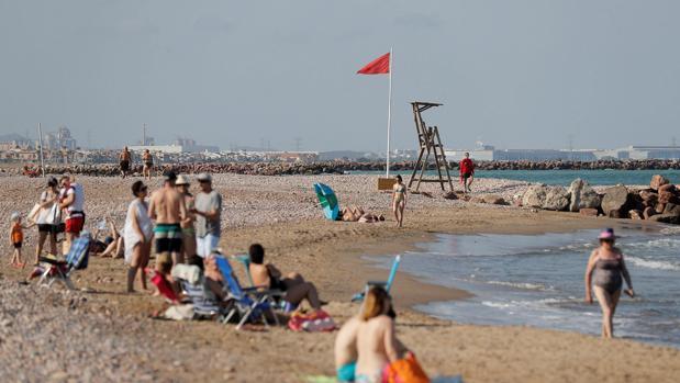 Imagen de la playa de El Puig este miércoles, cerrada al baño y reabierta este jueves