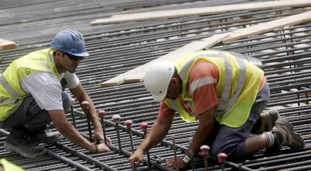 Imagen de archivo de dos trabajadores