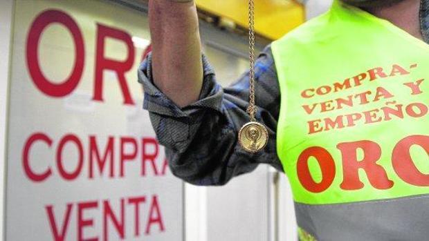 Como botín se hizo con cañas, cadenas, anillos, pendientes y medallas, valoradas todas ellas en 6.000 euros
