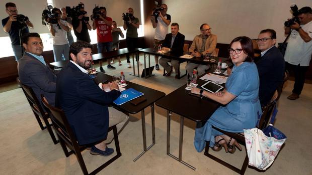 Reunión de ayer entre PP, Cs y Vox para hacer presidente a López Miras, segundo por la izquierda