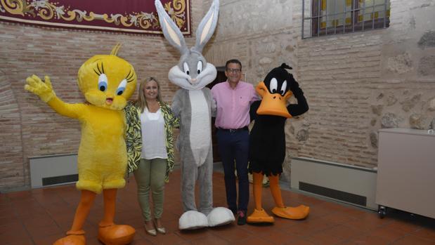 María Teresa Puig y José María Díaz con algunos de los personajes del parque