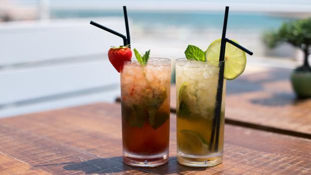 Imagen de dos cócteles preparados en «Proa Club»