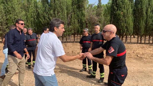 Carlos Mazón, presidente de la Diputación de Alicante, en la zona afectada por el incendio de Beneixama