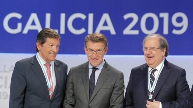 Alberto Núñez Feijóo, entre Javier Fernández y Juan Vicente Herrera, este miércoles en el acto de las Medallas de Galicia 2019