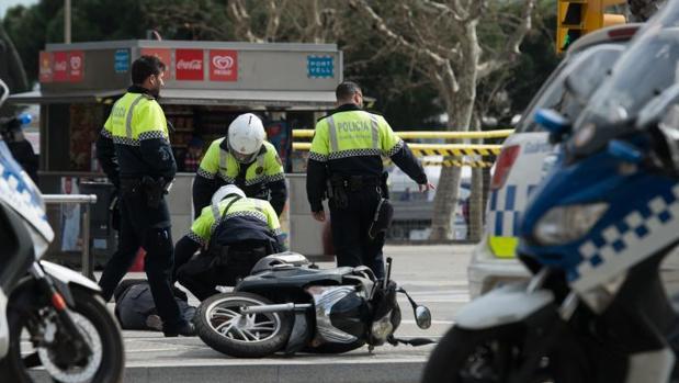Intervención policial en un accidente de moto, en imagen de archivo