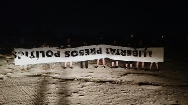 Imagen publicada por Alta Resistencia Tabarnia, en la que se ve a los responsables de la acción.
