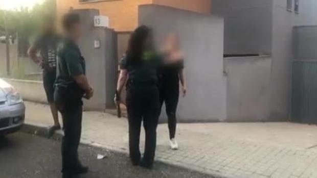 Un momento de los enfrentamientos de los agentes policiales con los okupas