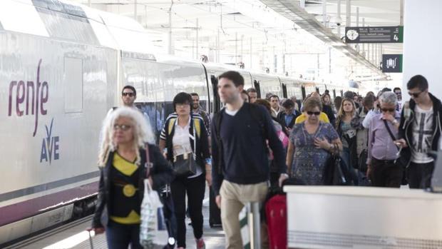 Viajeros de un tren AVE en Valencia