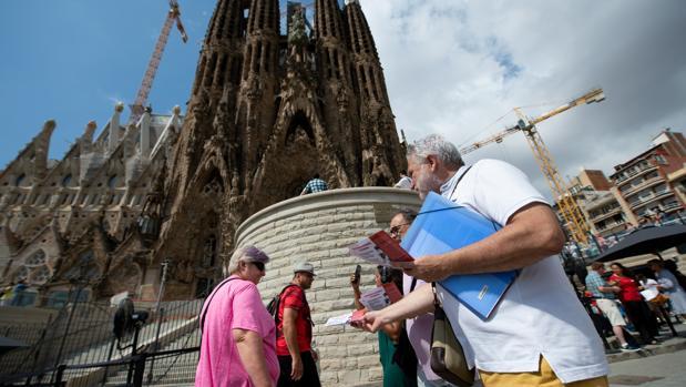 Integrantes de la asociación reparten folletos informativos entre los turistas.